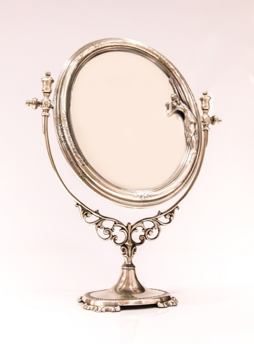 Oglinda ovala cu picior