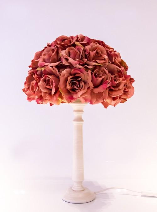 Veioza cu abajur imbracat in trandafiri