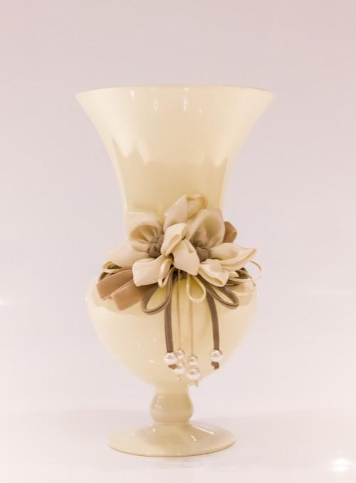 Vaza ornata cu flori si margele